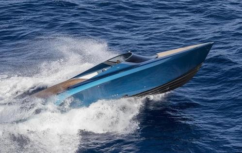 虽然这与阿斯顿马丁公司斥资100万英镑的AM37快艇类似