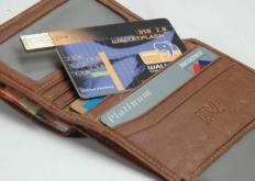 苹果还建议不要将卡放在已经有其他信用卡的钱包插槽中