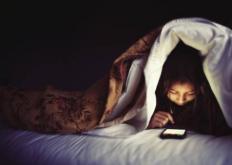 生活小知识:睡前长时间玩手机的6大危害 长时间玩手机注意的四点