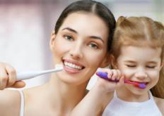 生活小知识:早起不刷牙就喝水长久会得口臭 有关刷牙的误区