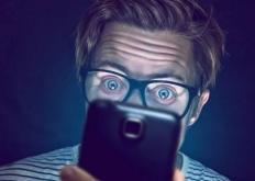 生活小知识:关灯玩手机有什么危害 警惕眼睛失明