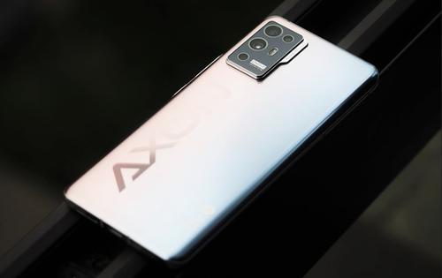 中兴挑逗Axon30智能手机与显示屏不足的相机