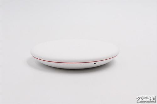 今天华为正式发布了一款全新的多设备智能无线充电板