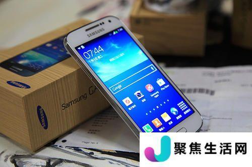 三星展示了一款带有柔性显示屏的智能手机可在两个地方弯曲