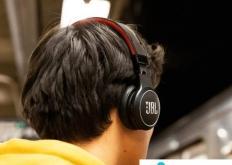 JBL众筹JB反射永恒耳机可以自充 几乎可以永久使用